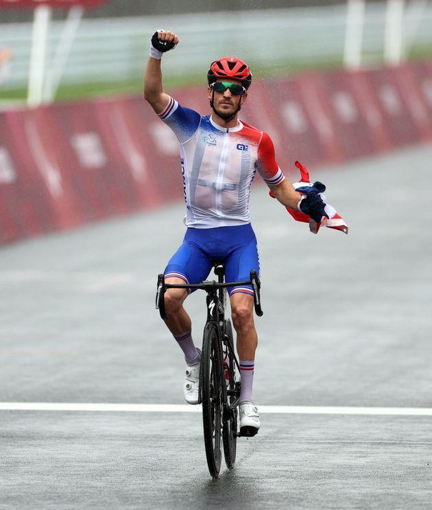 Le cycliste Kevin Le Cunff célèbre sa médaille d'or vendredi 3 septembre aux Jeux...