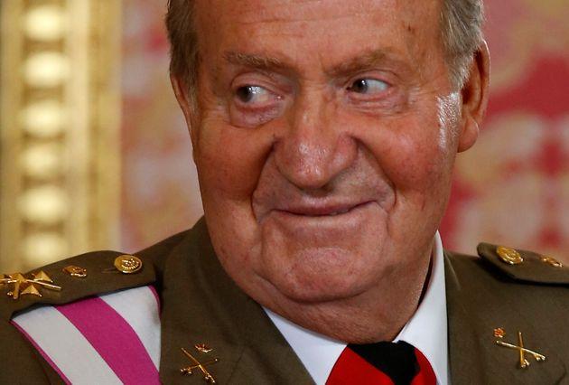El rey Juan Carlos sonríe en la recepción del Día de las Fuerzas Armadas de 2014,...