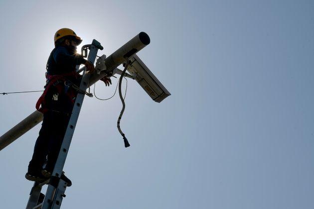 Un operaio impegnato nell' installazione di telecamere di sicurezza in piazza Vittoria a Napoli, 29 marzo 2021. ANSA/CIRO FUSCO