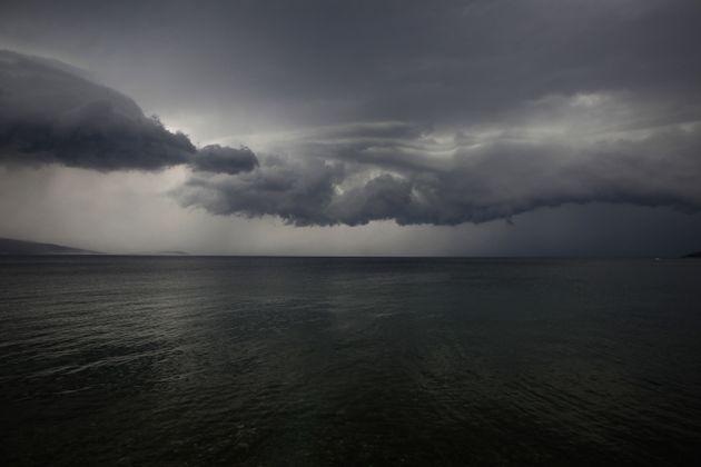 Εκτακτο δελτίο επιδείνωσης καιρού: Έρχονται καταιγίδες και πτώση της