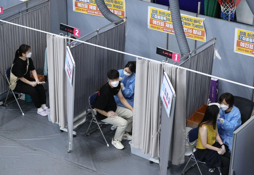2일 서울 송파구 체육문화회관에 마련된 예방접종센터에서 시민들이 신종 코로나바이러스 감염증(코로나19) 백신 접종을 하고