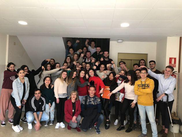 Hujjat (en el centro, en el suelo), con sus compañeros de clase de la Facultad de Odontología de Santiago...