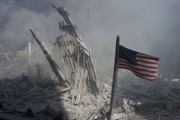 Una bandera estadounidense se erige sobre los restos del World Trade Center el