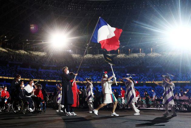 Les porte-drapeaux de l'équipe de France, Sandrine Martinet et Stéphane Houdet, lors de...