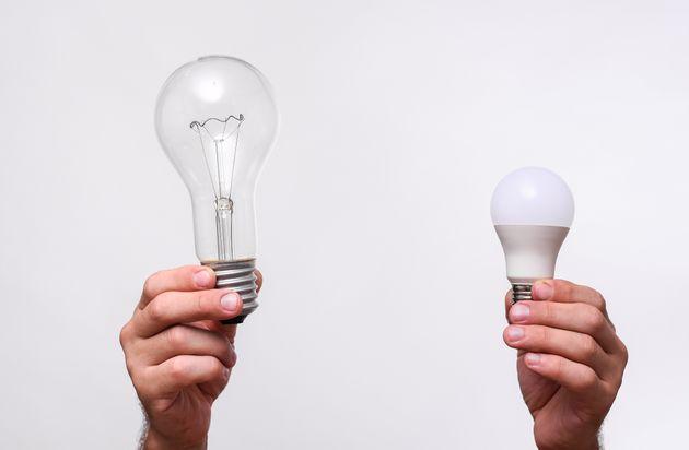 白熱電球(左)とLED電球(右)