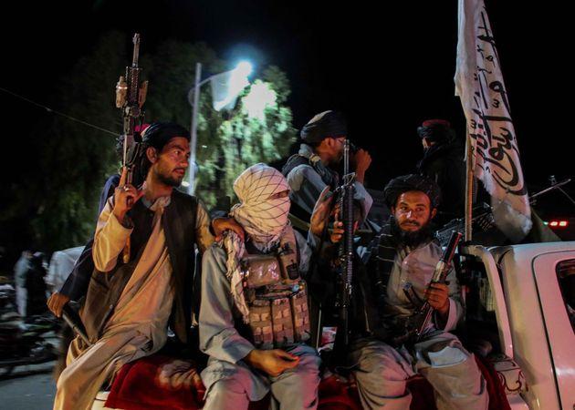 Varios talibanes hacen guardia en Kandahar,