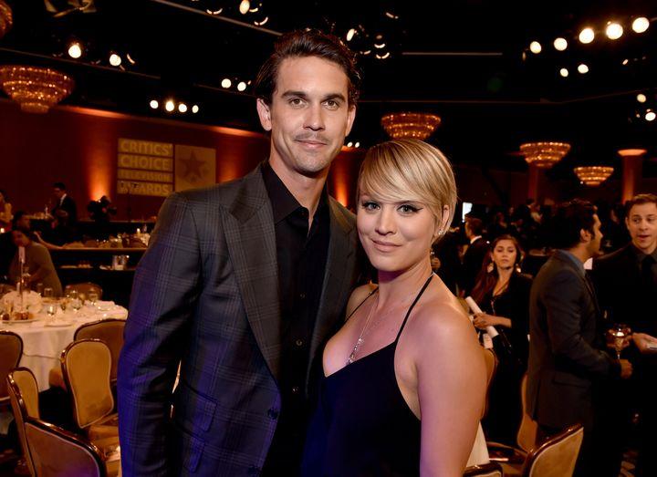Kaley Cuoco y Ryan Sweeting en los premios Critics' Choice Television Awards en 2014.