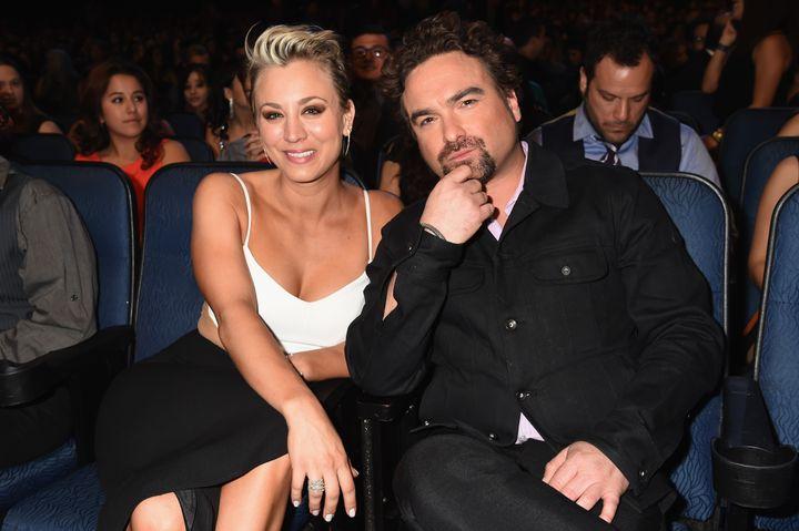 Kaley Cuoco y Johnny Galecki en los People's Choice Awards de 2015.