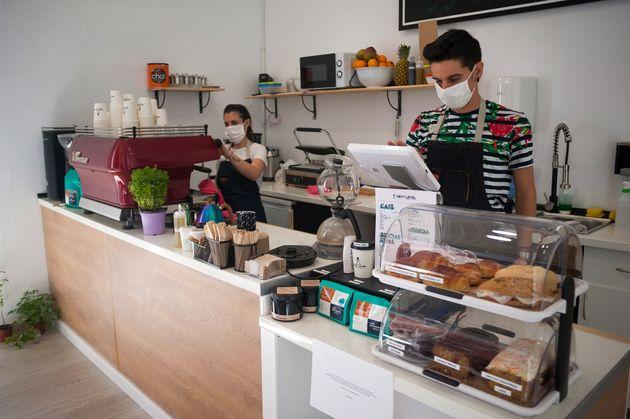 Trabajadores de una cafetería en