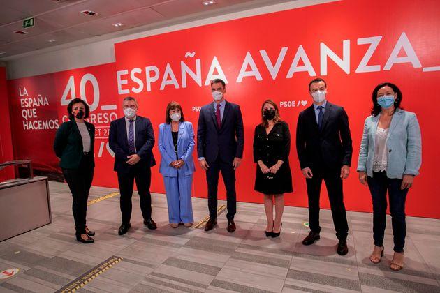 El presidente del Gobierno y líder del PSOE, Pedro Sánchez (c), posa antes de la reunión, este lunes...