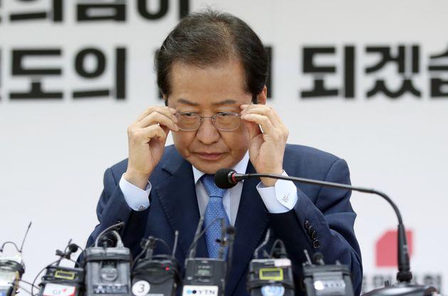 국민의힘 대선주자인 홍준표 의원이 6일 오후 강원 춘천시 강원도당에서 열린 기자간담회에서 안경을 고쳐쓰고 있다. 최근 각종 여론조사에서 상승세를 이어가고 있는 홍 후보는 이 자리에서...