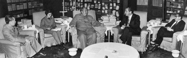 1972年2月のニクソン大統領(右から2番目)訪中。中国の毛沢東・党主席(中央)と会談するニクソン大統領。一番右はキッシンジャー大統領補佐官。一番左は周恩来総理