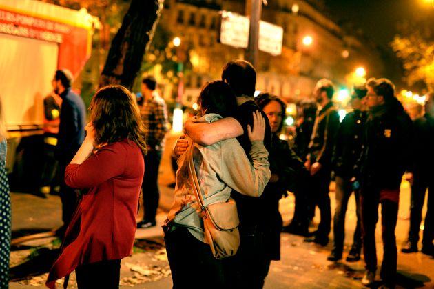 Des Parisiens devant le Bataclan, le soir du 13 novembre 2015 après les