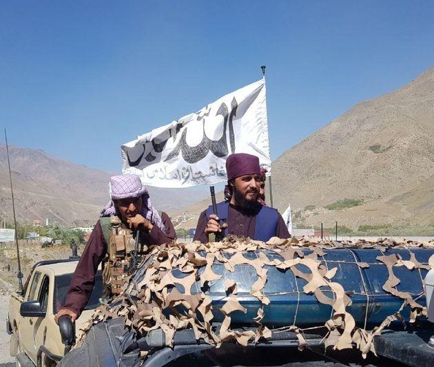 Miembros de los talibán patrullan por las calles de la provincia de