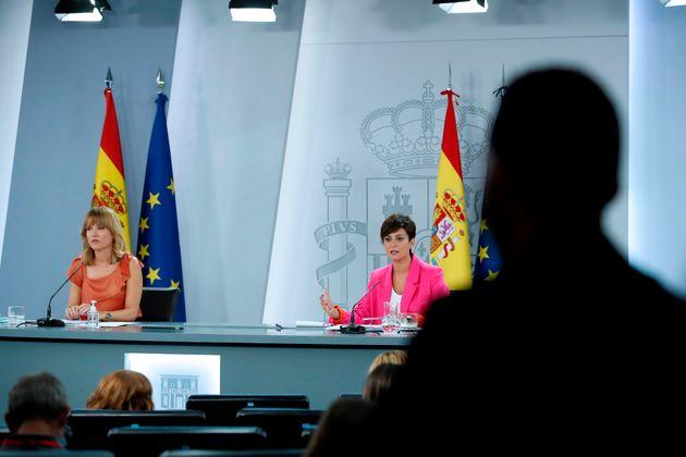 La ministra de Política Territorial y portavoz del Gobierno, Isabel Rodríguez (d), y la ministra de Educación...