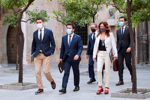 BEl presidente de la Generalitat, Pere Aragonés (c), acompañado de el vicepresidente y conseller de Políticas...