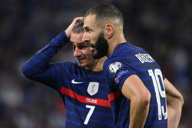 Antoine Griezmann (en arrière-plan) et Karim Benzema face à la Finlande ce mardi 7 septembre...