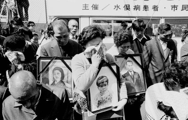 判決後の集会で涙にむせぶ患者たち。この日、熊本地裁は水俣病裁判でチッソの過失責任を認め、患者側の主張を全面的に認める判決を下した(熊本県水俣市)=1973年3月20日