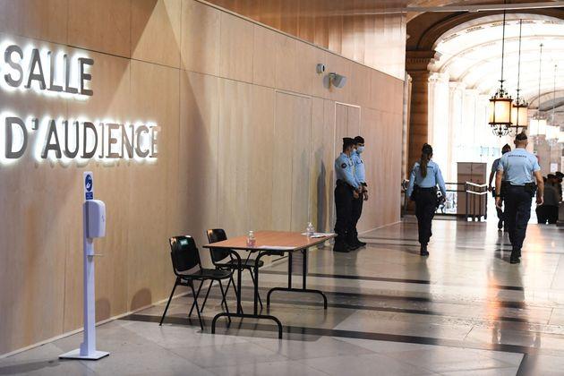 Des gendarmes devant la salle d'audience où va se dérouler le procès des attentats...