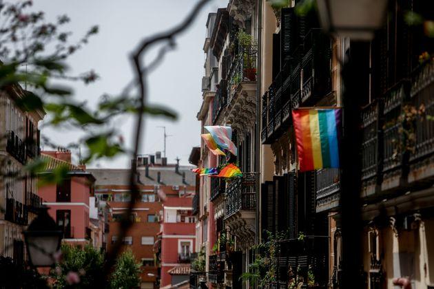 Banderas del colectivo LGTBIQ+ en una de las calles del barrio madrileño de