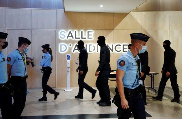Des gendarmes sécurisent la première audience des attentats du 13-novembre ce mercredi...