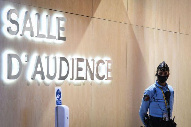 Una agente de policía francesa, ante la sala donde se celebra el juicio por la masacre de la sala