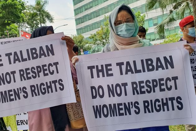 Protesters outside the UN's refugee branch criticising the Taliban's treatment of