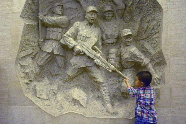 中国の抗日戦争記念館を訪れる男児