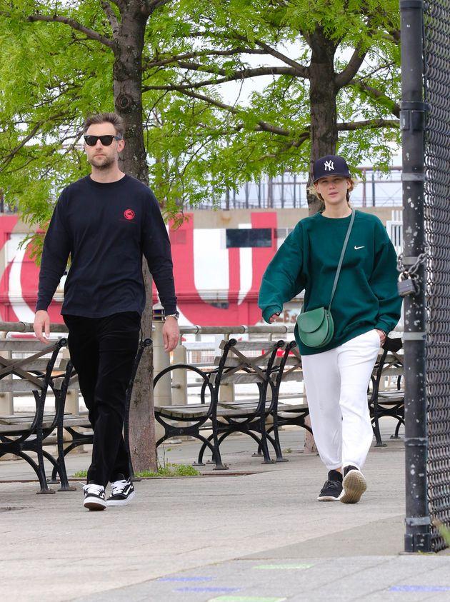 Jennifer Lawrence vue en train de se promener avec son mari Cooke Maroney, le 24 mai 2021, à New