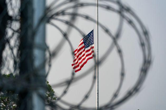 Αύγουστος 2021 - Γκουαντάναμο - Μεσίστια η αμερικάνικη σημαία για τα θύματα της βομβιστικής επίθεσης...