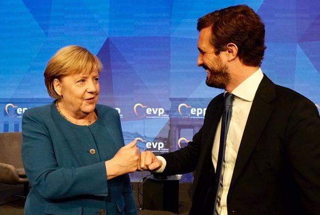 Angela Merkel saluda a Pablo Casado en
