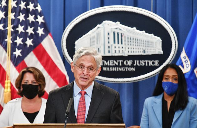 記者会見で、テキサス州を訴えたことを発表したメリック・ガーランド司法長官(中央)と、リサ・モナコ副長官(左)、バニタ・グプタ司法次官(右)