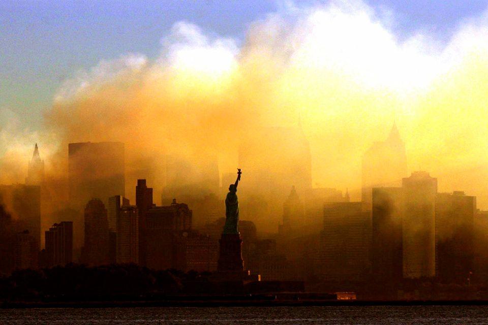 Το Αγαλμα της Ελευθερίας με φόντο τους καπνούς που πνίγουν το Μανχάταν, στις 15 Σεπτεμβρίου 2001.