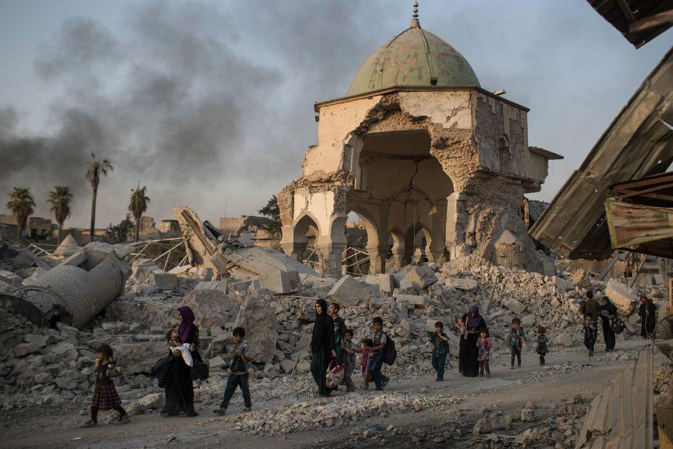 Ιρακινοί πολίτες περπατούν...