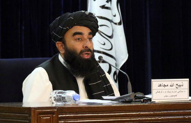 アフガニスタンの首都カブールで、暫定政権の樹立を発表するタリバンのムジャヒド報道官