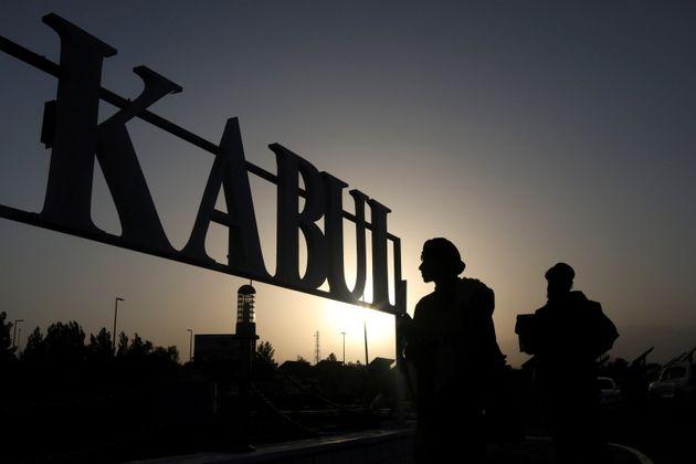 Des soldats talibans à l'aéroport international de Kaboul, en Afghanistan, le 9 septembre