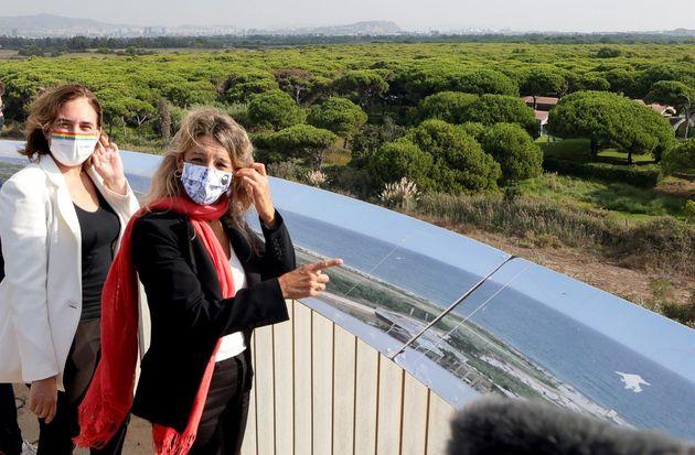La alcaldesa de Barcelona, Ada Colau (izq) y la ministra de Trabajo y vicepresidenta segunda del Gobierno,...