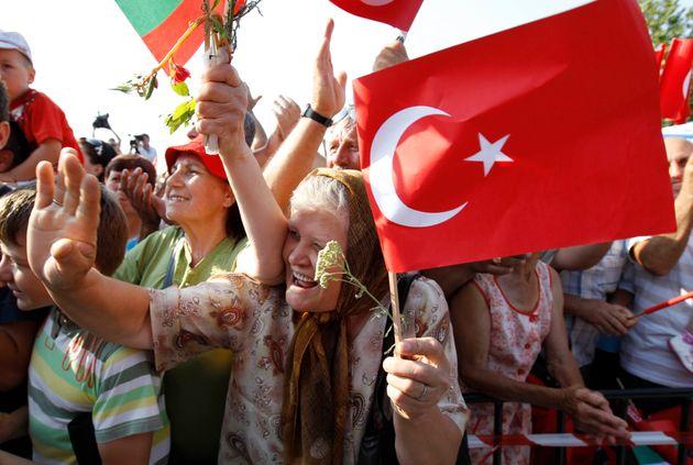 2008 Φωτογραφία αρχείου Μια ηλικιωμένη βουλγάρα με τούρκικη σημαία πανηγυρίζει για την επίσκεψη του τότε...