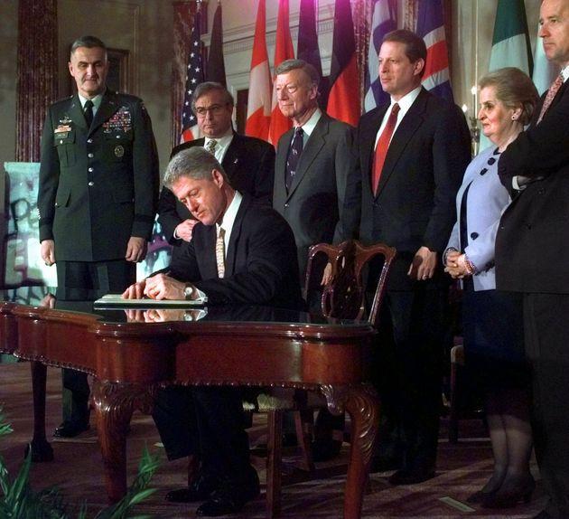 Ο Μπιλ Κλίντον με τον Αλ Γκόρ και την Μαντλίν Αλμπράιτ και τον Μπάιντεν (στα δεξιά) υπογράφουν το πρωτόκολλο...