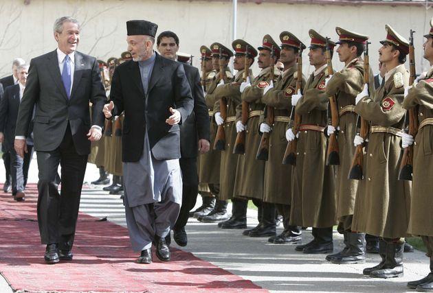 Ο Τζορτζ Μπους μαζί με τον Χαμίντ Καρζάι στο