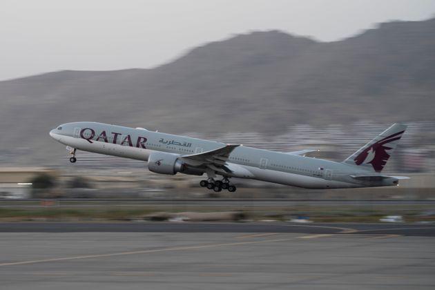 Un avion Qatar Airways transportant des étrangers en fuite quitte l'aéroport de Kaboul,...