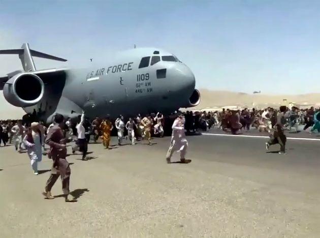 16 Αυγούστου 2021 Αφγανοί προσπαθούν να φύγουν από τη