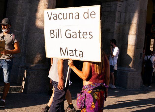 Una negacionista de las vacunas protesta en