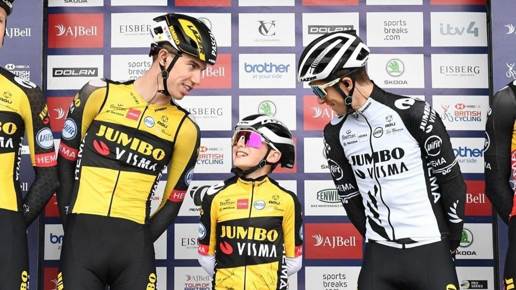 Sur le Tour cycliste de Grande-Bretagne, ce petit garçon a volé la vedette au peloton