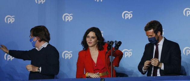 Isabel Díaz Ayuso junto a Martínez-Almeida (izquierda) y Casado