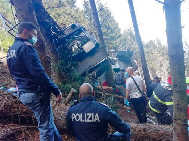 Los medios de emergencia y la policía italiana tras el accidente del teleférico, en las inmediaciones...