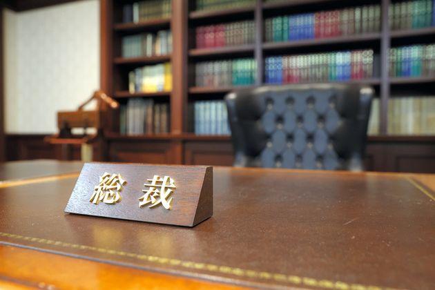 自民党総裁室の執務机。卓上には「総裁」と書かれた役職を示す札が置かれている=東京・永田町の自民党本部、上田幸一撮影