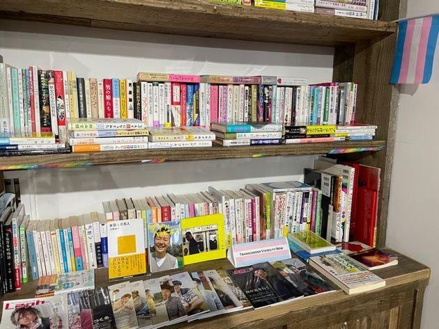 ライブラリーには、LGBTQ関連の様々な本が備えられています