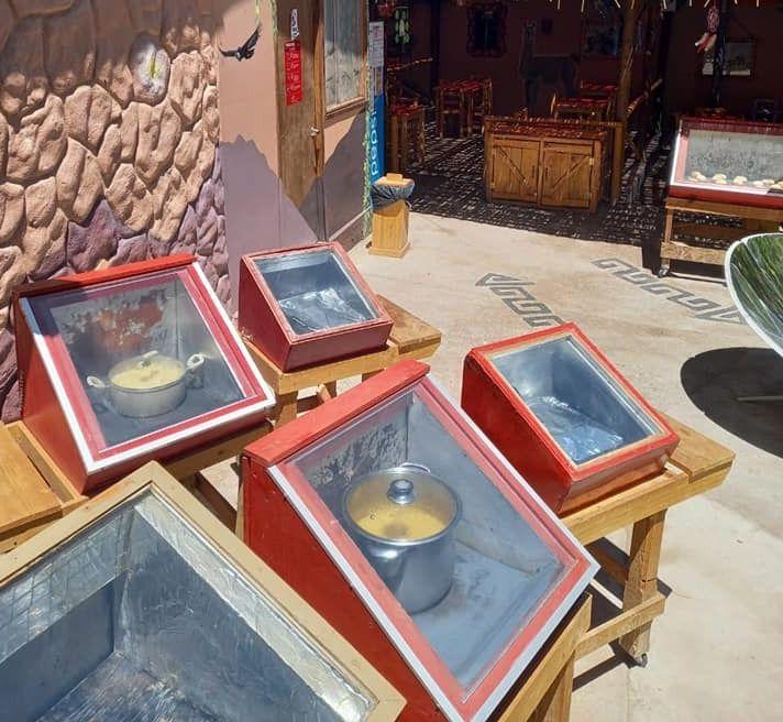 Τα κουτιά αυτά, με τις κατσαρόλες, είναι ηλιακοί φούρνοι, που σιγομαγειρεύουν οποιοδήποτε φαγητό μόνο με την ζέστη που προέρχεται από τον ήλιο.