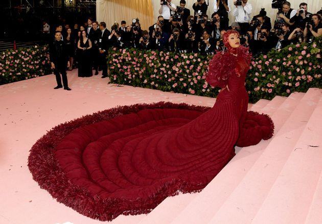 Η Κάρντι Μπι προσέρχεται στο Metropolitan Museum of Art Costume Institute Benefit Gala του 2019 στην Νέα Υόρκη.